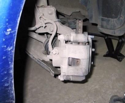Откручиваем переднее колесо Chevrolet Lacetti