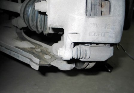 Необходимо открутить нижний болт на суппорте Chevrolet Lacetti