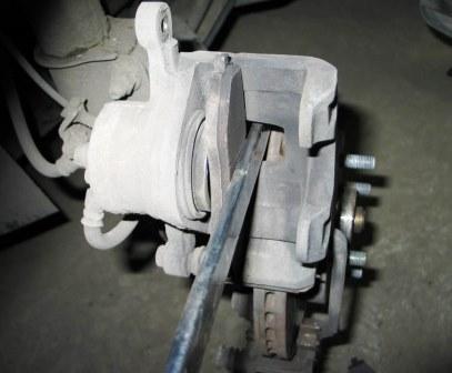 Впрессовываем тормозной цилиндр Chevrolet Lacetti