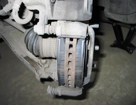 Вставляем новые тормозные колодки Chevrolet Lacetti