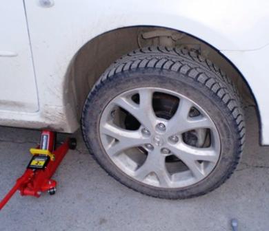Поднимаем и откручиваем переднее колесо Mazda 3