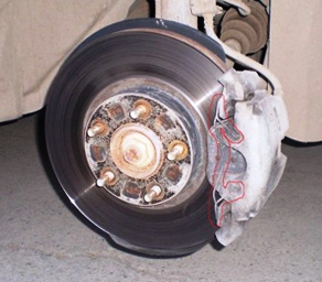 Снимаем скобу с переднего тормозного суппорта Mazda 3