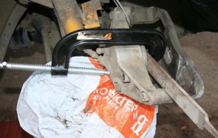 Отжимаем поршень тормозного суппорта Mazda 3