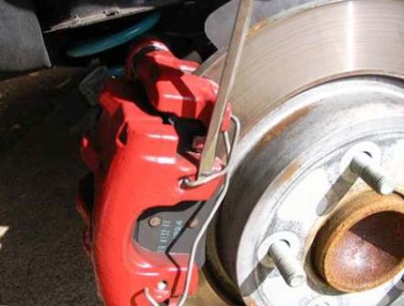 Снимаем скобу с суппорта Mazda 3
