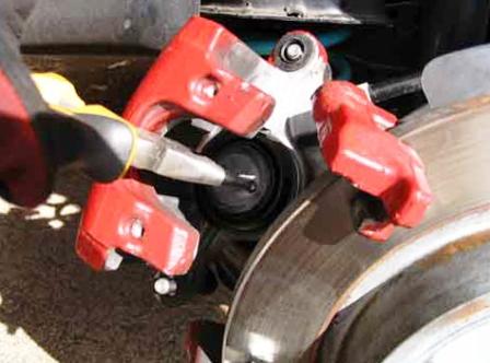 Утапливаем тормозной поршень Mazda 3