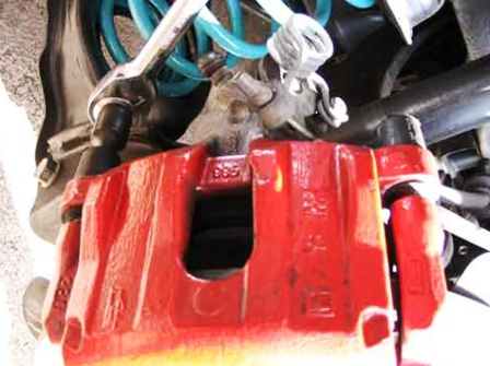 Выкручиваем нижнюю направляющую Mazda 3