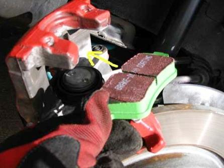 Вставляем новые тормозные колодки Mazda 3