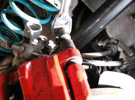 Выкручиваем верхнюю направляющую Mazda 3