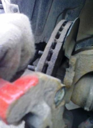 Снимаем 2 часть тормозного суппорта Mazda 3