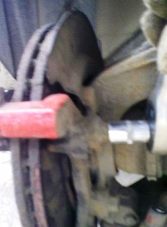 Откручиваем 2 часть тормозного суппорта Mazda 3