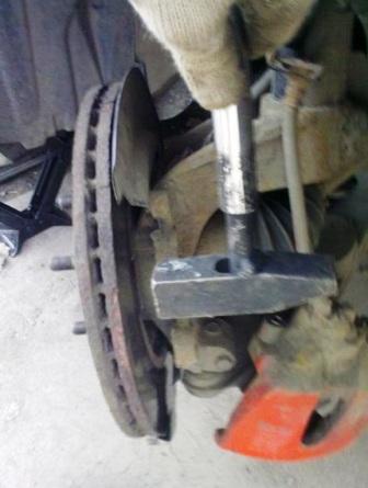 Выбиваем старый тормозной диск Mazda 3