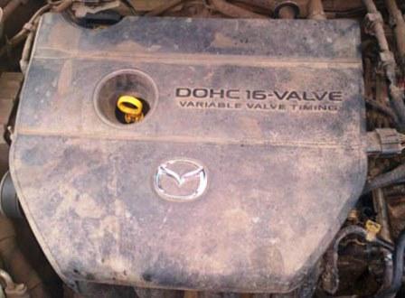 Снимаем пластиковую защиту сверху двигателя Mazda 3 2.0