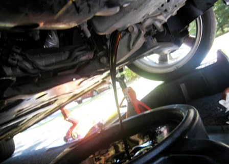 Ждем пока стечет масло из двигателя Mazda 3 2.0