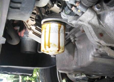 Затем откручиваем масляный фильтр Mazda 3 2.0