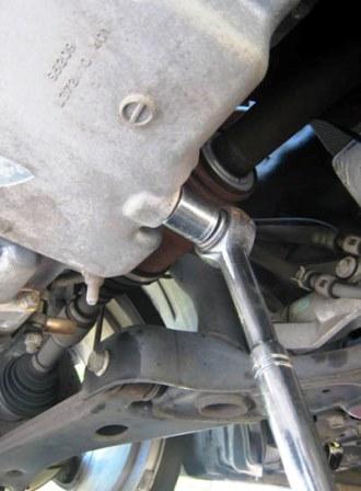 Откручиваем сливную пробку Mazda 3 2.0