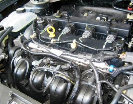Под ней вы увидите крышку маслозаливной горловины Mazda 3 2.0