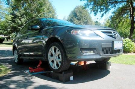 Поднимаем переднюю часть автомобиля Mazda 3 2.0