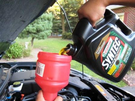 Заливаем новое масло в двигатель Mazda 3 2.0