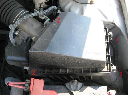 Открываем защелки воздушного фильтра Nissan Almera Classic