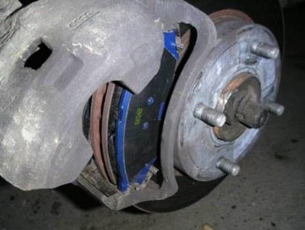 Закрываем тормозной суппорт Nissan Almera Classic