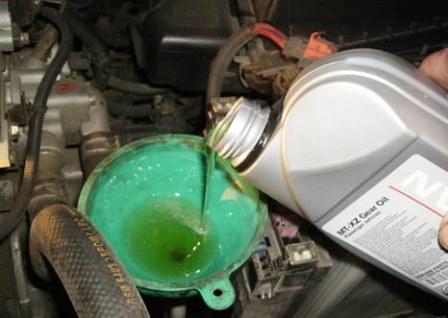 Заливаем свежее масло Nissan Almera Classic