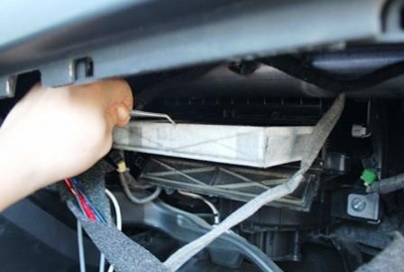 Вытаскиваем старый салонный фильтр Opel Astra J