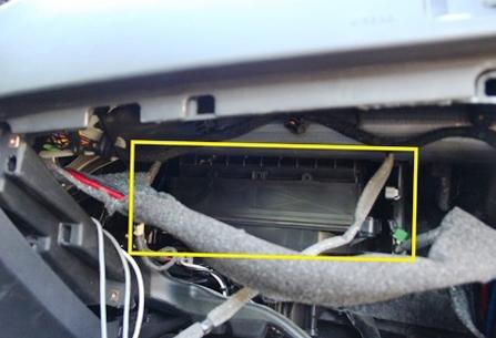 Открываем крышку салонного фильтра Opel Astra J