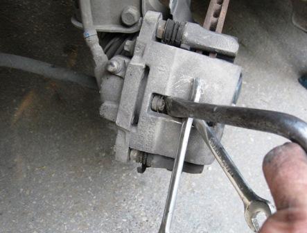 Утапливаем тормозной цилиндр с помощью монтировки на Лада Калина