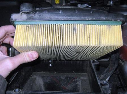 Вытаскиваем старый воздушный фильтр Лада Калина