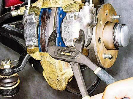 Сжимаем тормозной поршень ВАЗ 2107