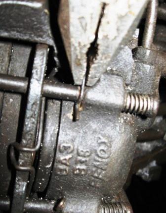 Снимаем фиксирующую пружину на направляющих ВАЗ 2107