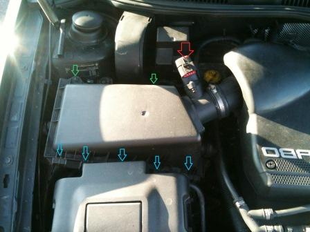 Отключаем датчик на корпусе воздушного фильтра Volkswagen Golf IV