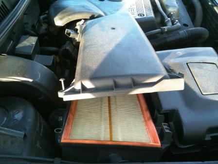 Поднимаем крышку воздушного фильтра Volkswagen Golf IV