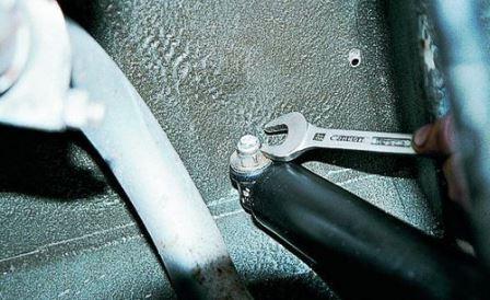 Откручиваем верхнюю гайку на амортизаторе ВАЗ 2107