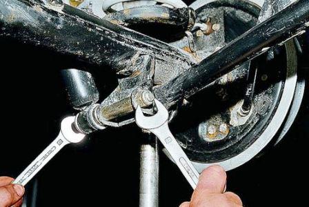 Поднимаем заднюю часть и поддомкрачиваем амортизатор на ВАЗ 2107