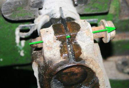 Откручиваем болт в нижней части стойки Volkswagen Golf IV