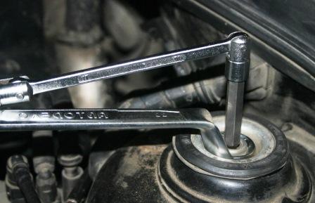 Откручиваем верхнюю гайку на Volkswagen Golf IV
