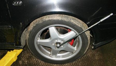 Срываем ступичную гайку на Volkswagen Golf IV