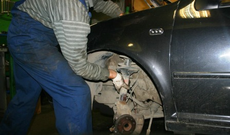 Вытаскиваем стойку Volkswagen Golf IV