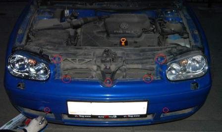 Снимаем нижние боковые решетки Volkswagen Golf IV