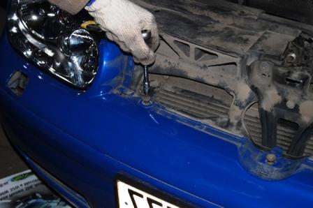 Откручиваем еще 1 болт на бампере Volkswagen Golf IV