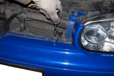 Откручиваем верхний болт Volkswagen Golf IV