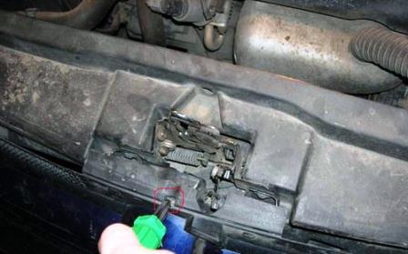 Разжимаем отверткой крепление решетки радиатора Volkswagen Golf IV