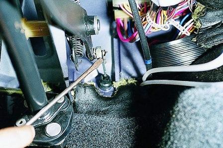 Отсоединяем тросик от педали сцепления на ВАЗ 2108, 2109, 21099