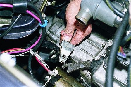 Отсоединяем тросик от коробки передач на ВАЗ 2108, 2109, 21099