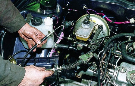 Вытаскиваем старый тросик сцепления на ВАЗ 2108, 2109, 21099