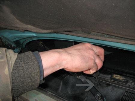 Откручиваем болт на верхней панели Chevrolet Lanos
