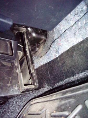 Перед установкой салонного фильтра пылесосим посадочное место на Nissan Note
