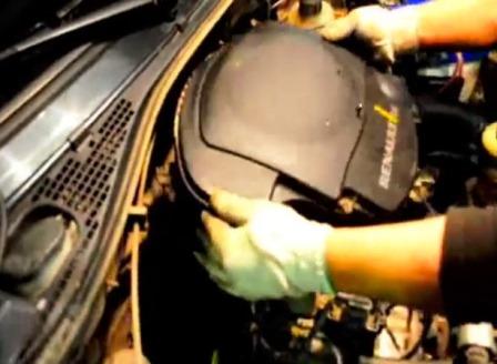 Снимаем крышку воздушного фильтра на Renault Logan