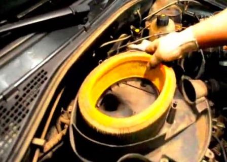 Снимаем старый воздушный фильтр Renault Logan